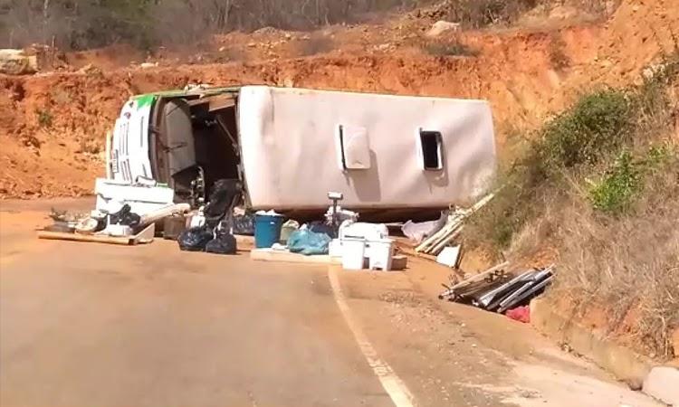 Micro-ônibus tomba na curva da morte entre Rio de Contas e Marcolino Moura
