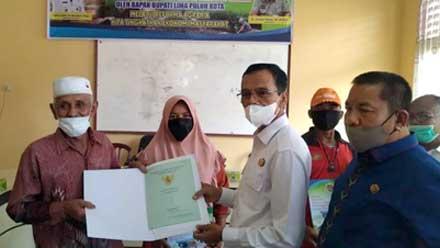 Bupati Limapuluh Kota Serahkan 593 Sertifikat Tanah di Lareh Sago Halaban