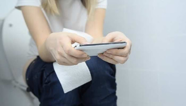 टॉयलेट में मोबाइल फ़ोन इस्तेमाल करने से हो सकती है बवासीर