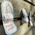 Em protesto por veto de Bolsonaro, brasileiras pregam absorventes na Embaixada do Brasil em Paris