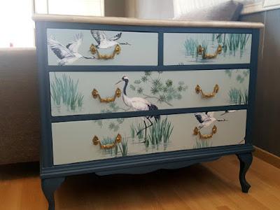 Mueble empapelado con un papel pintado a metros