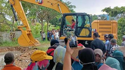 Excavator Dimanfaatkan Masyarakat Nagari Singkarak untuk Gotong Royong