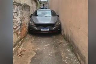 Carro de luxo fica entalado em viela por dois dias, em Goiás
