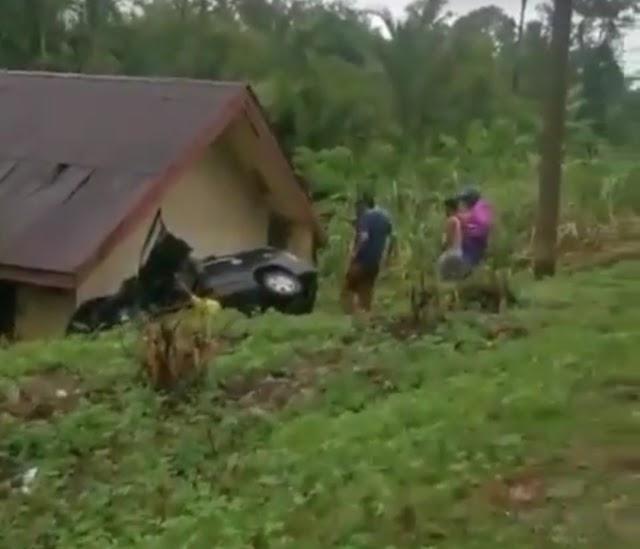 Diduga Akibat Hujan Jalan Licin Akibatkan Mobil Inova Seruduk Rumah Warga di Darul Makmur