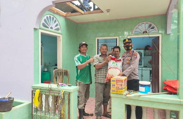 Kapolsek Singkep barat iptu bakri melihat kondisi rumah korban yang tertimpa pohon durian.