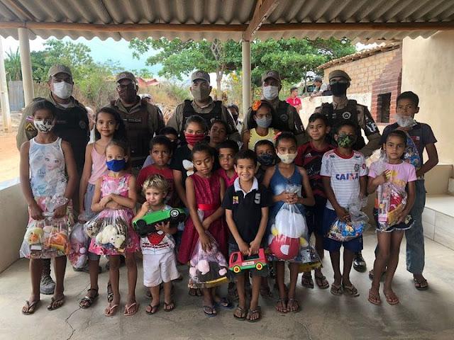 Polícia Militar de Piatã distribui brinquedos para criança na comunidade de Salitre de Inúbia