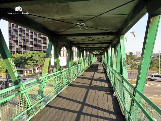 Vista interna da passarela conhecida como Pontilhão do Itaú-Unibanco - Pinheiros