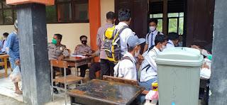 Personel Polsek Alla Pengamanan Vaksinasi di SMA Negeri 3 Enrekang