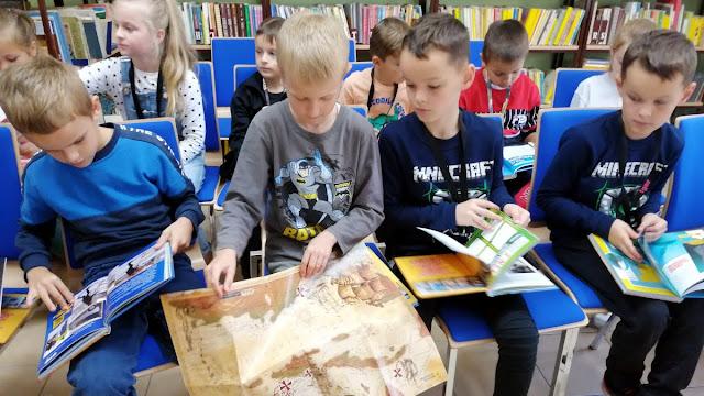 Uczniowie klas młodszych w Bibliotece Gminnej
