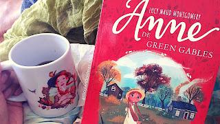 Livro ao lado de uma xícara de café