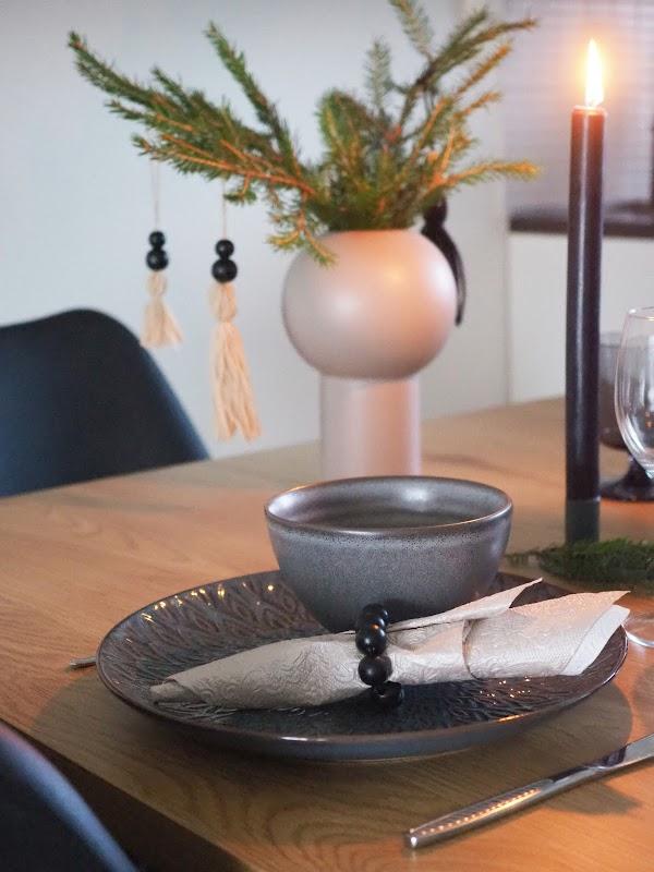 Tumma pikkujoulukattaus ja DIY servettirenkaat