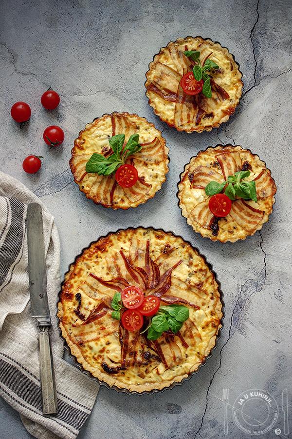 Kukuruzni tart sa karamelizovanim lukom i paradajzom sušenim na suncu