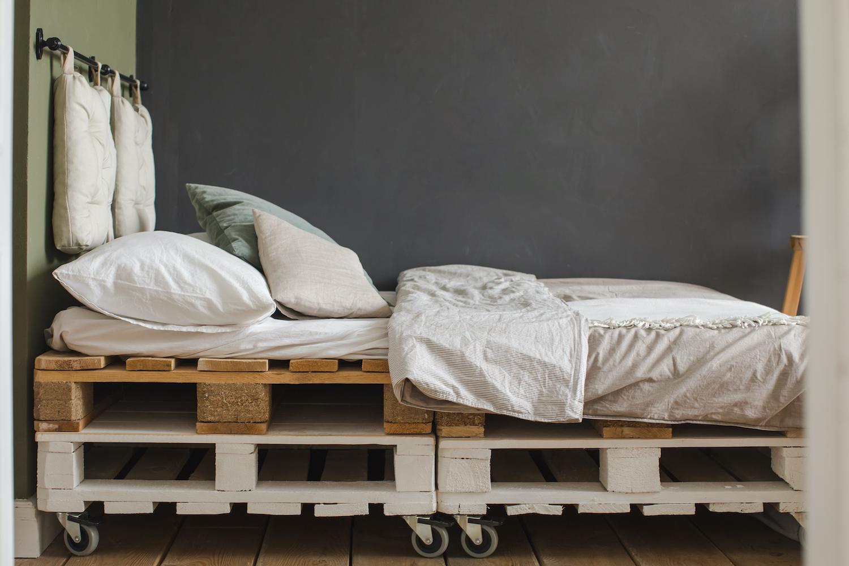 cabecero de cama casero con palets y cojines