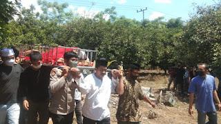 Empati,Kapolsek Tinggimoncong Mengusung Jenazah Salah Satu Tokoh Masyarakat Kecamatan Manuju