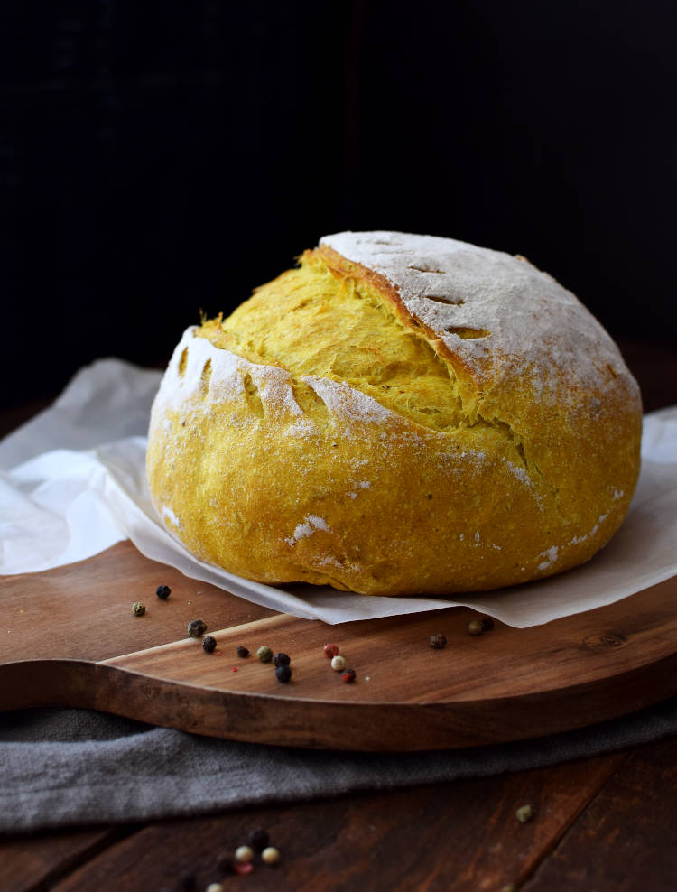 Pan rústico de cúrcuma y pimienta