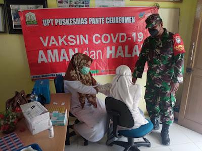 Upaya Capai Target Vaksinasi Bagi Pelajar, Babinsa Posramil 05/PC Terus Ikut Berkecimpung Dalam Gerai Vaksin