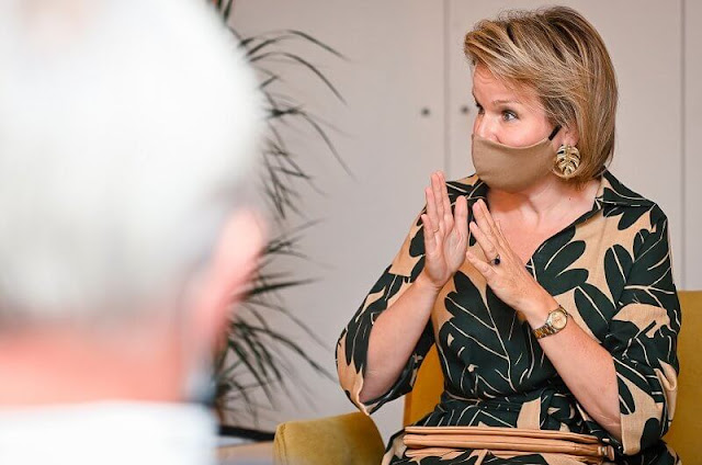 Queen Mathilde wore a tropical leaf pattern midi shirt dress from Natan. Leaf gold earrings. Clio Goldbrenner clutch
