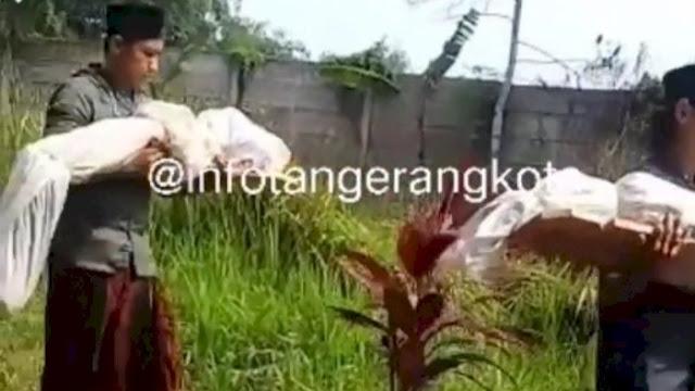 Pindahkan Ratusan Makam di Tangerang, Warga Ramai Bopong Jenazah dari Dalam Kuburan
