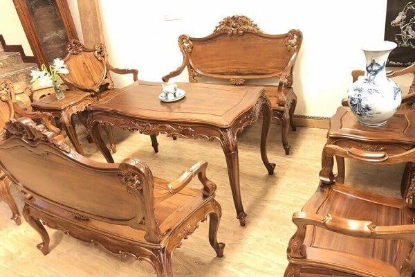 Bạn nên lau chùi thường xuyên để gỗ sáng bóng, tránh va đập hay đặt vật nặng lên bề mặt gỗ.