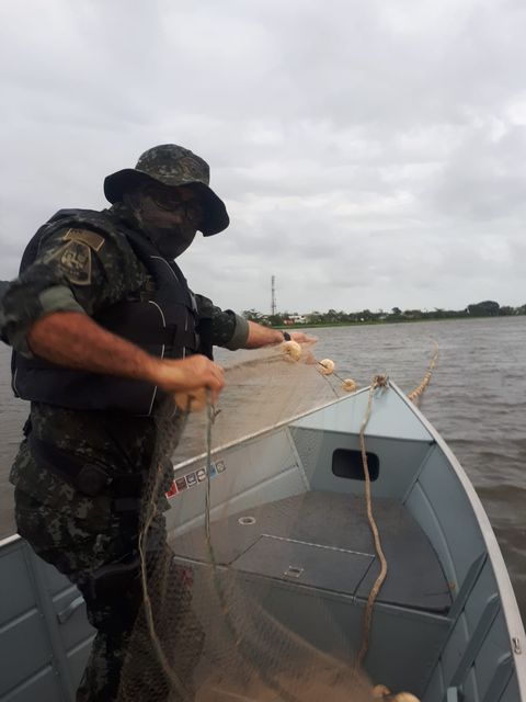 Policia Ambiental -  Apreensão e recolhimento de material de pesca em Iguape