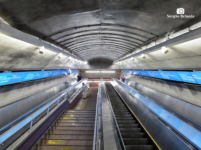 Vista ampla de uma das escadas rolantes da Estação Trianon-Masp do Metrô