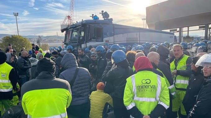 Vízágyúkat vetettek be a védettségi kötelezettség ellen tüntetők ellen a trieszti kikötőben