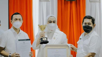 Mantap! Bupati Karawang, Cellica Nurrachadiana Raih Anugerah Parahita Ekapraya Utama 2020
