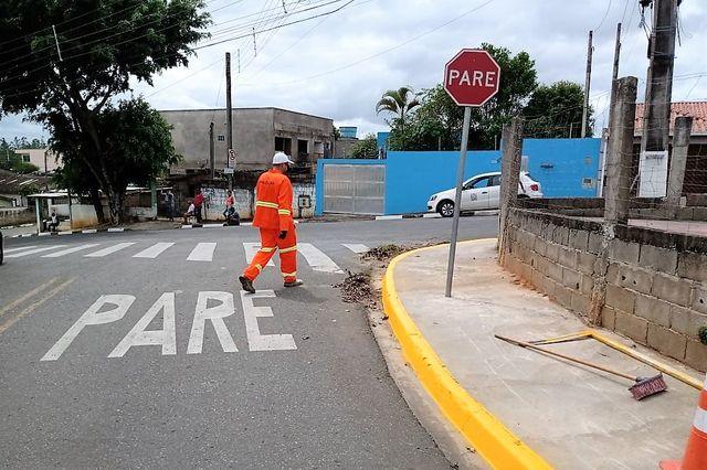 Prefeitura de Cajati está realizando a revitalização na sinalização de trânsito na Vila Antunes