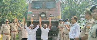 जरौना स्टेशन पर रोकी ट्रेन, रेल प्रशासन में मचा हड़कंप  | #NayaSaberaNetwork