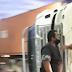 VÍDEO: CARRETA TOMBA E DEIXA TRÂNSITO PARADO NA ROTATÓRIA DO PRODUTOR NA MADRUGADA DESTA QUARTA (06)