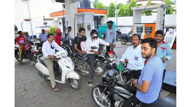 झांसी में पेट्रोल के लगातार बढ़ रहे दाम, मगर कम नहीं हो रही मांग