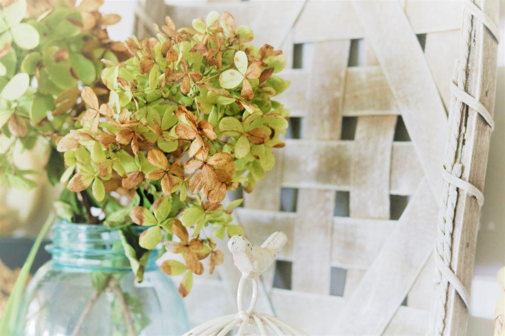 Fall-decorating-vignette-hydrangea-tobacco-basket