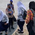 Berangkat Sekolah Tidak Ada Pompong, Para Pelajar Diantar Kapal Sat Polair Polres Indragiri Hilir