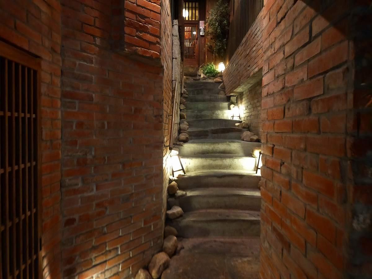 隠れ家に向かうような階段。