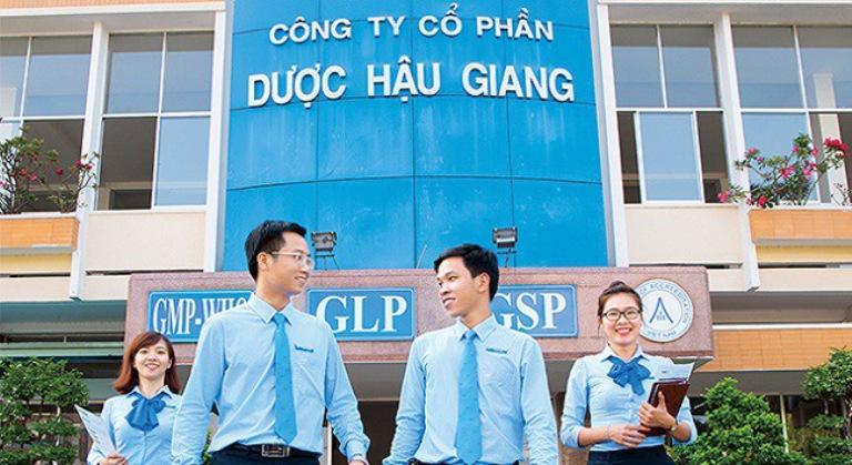 Đồng phục sơ mi màu xanh tại công ty Dược Hậu Giang