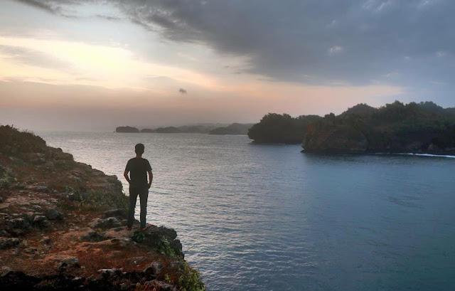 Pantai Srau Pacitan: Lokasi, Rute, dan Harga Tiket
