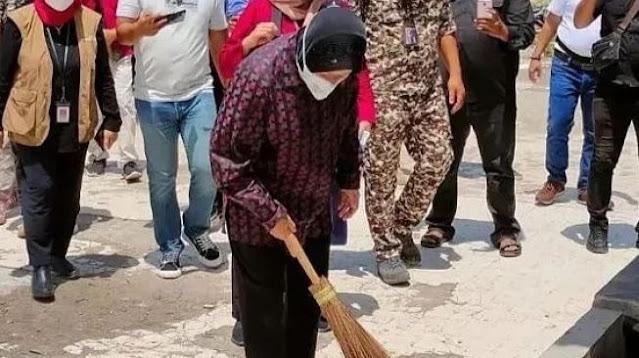 Setelah Marah-marah di Gorontalo, Risma Spontan Menyapu Makam Syekh di Sumbar