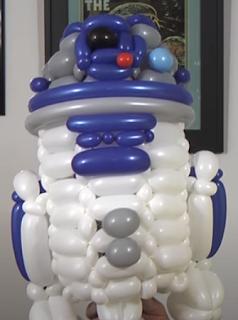 Roboterfigur von R2D2 aus Modellierballons zur Ballondekoration.