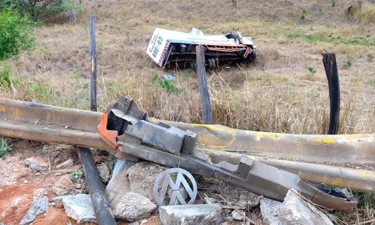 Conquista: Caminhão cai em ribanceira e deixa feridos na Serra do Marçal
