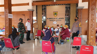 Babinsa Koramil 11 Polokarto Bantu jalannya Vaksinasi di Kantor Kecamatan Polokarto