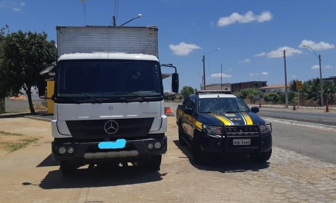 Caminhão roubado no Estado do Pernambuco é apreendido pela PRF em Pombal