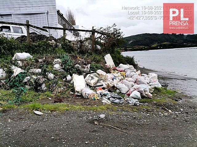 Tras denuncia ciudadana Sernapesca inspecciona playa en Chonchi por contaminación