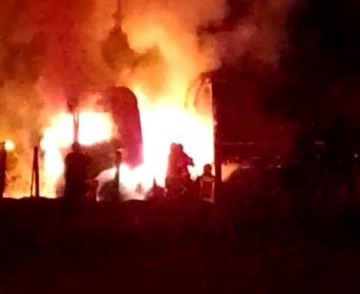 VÍDEO: carreta pega fogo e mobiliza Corpo de Bombeiros em Vilhena