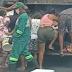 O retrato da crise: pessoas catam restos de comida em caminhão de lixo