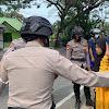 Tim Patroli SAR Brimob Bone Bantu Korban  Laka Lantas di Depan SPBU Cellu