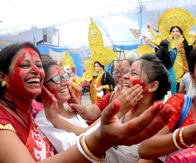 बंगाल में प्रतिमाओं के विसर्जन के साथ पांच दिन का दुर्गा पूजा उत्सव संपन्न, सिंदूर खेला के बाद मां की विदाई