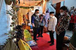 Ma'ruf Amin Kunjungi Stand Pameran UMKM Tanimbar di Ambon
