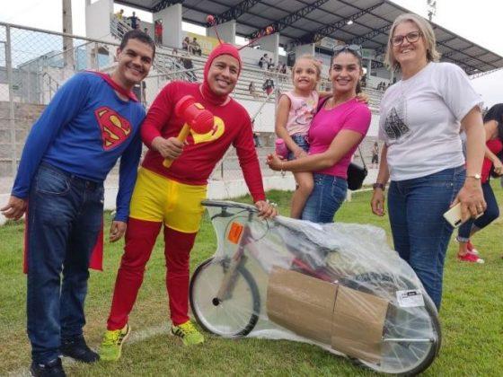 DIA DAS CRIANÇAS: prefeito e vice se vestem de super-heróis em evento que lotou estádio e entregou 600 bicicletas em Cacoal
