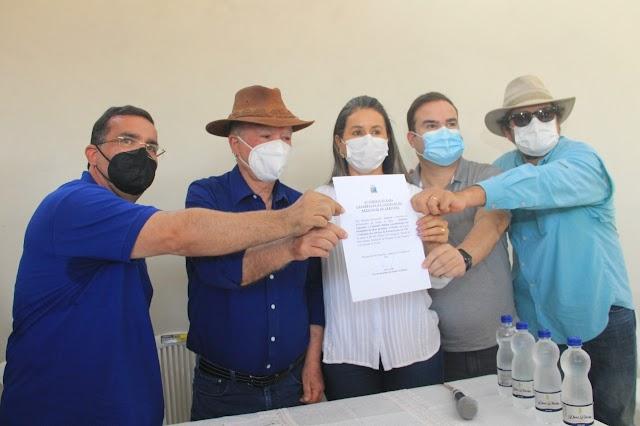 Leão assina autorização para Consid pavimentar via no Muquém do São Francisco