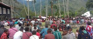 Laksanakan Ibadah Minggu, Satgas Yonif RK 751/VJS Bersama Koramil Beri Bantuan Sembako